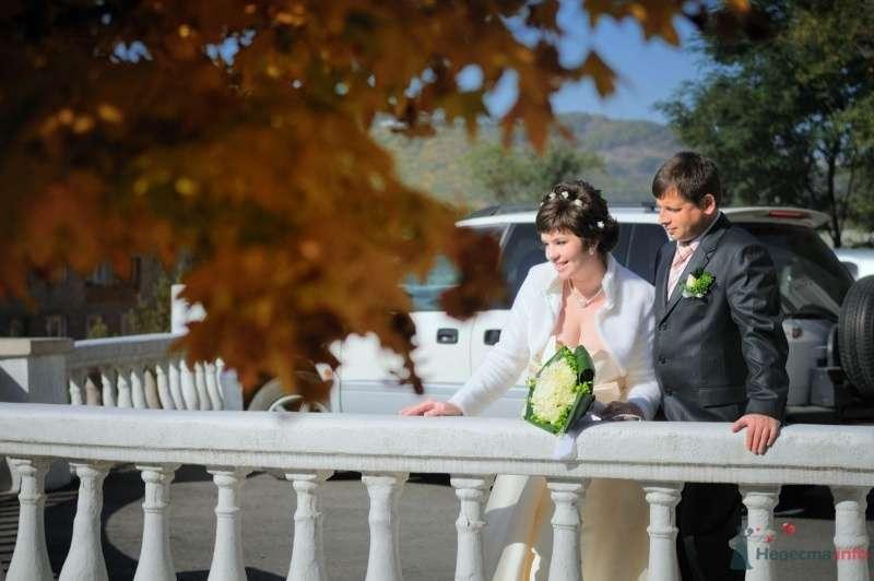 Жених и невеста стоят вместе на фоне белой машины - фото 57653 Солнышонок