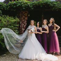 Невеста и подружки невесты в платьях сливового цвета.