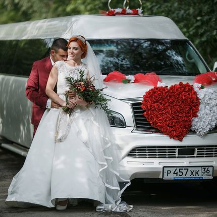 Украшение свадебных авто декоративными цветами