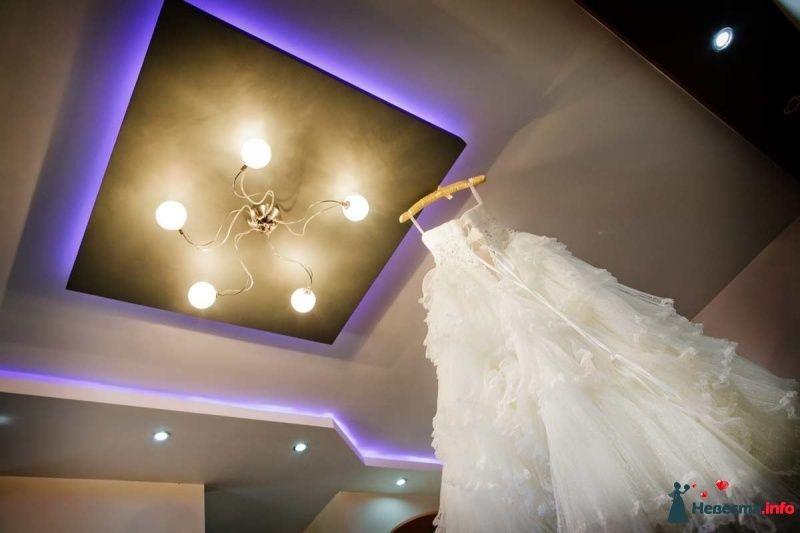Платье невесты удалось легко подвесить к массивной люстре, а вот снимали мы его уже с помощью швабры всей командой) - фото 470541 Студия Profoto2g - фотографы