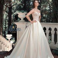 Альфреда. Великолепное платье, выполненное в нежных персиковых и розовых оттенках. Кружевной корсет эффектно подчёркивающий фигуру плавно переходит в шикарную атласную юбку. Талия выделена аккуратным поясом, а роскошный шлейф является идеальным завершение