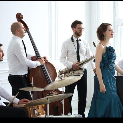 Выступление музыкального коллектива - трио