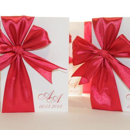 Приглашение с бантом и инициалами в красном цвете