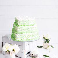 Нежный кремовый свадебный торт в форме сердца вензелями. Cream