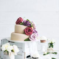Дизайнерский, двухъярусный торт, оформленный цветами из мастики станет ярким акцентом на любом торжестве