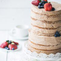 Торт абсолютно минималистического дизайна с обилием крема и несколькими яркими акцентами.