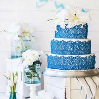 Свадебный торт с кружевом и живыми цветами. Elegant lace wedding cake with lilies.
