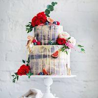 Двухъярусный свадебный торт,политый ганашем из молочного шоколада , с дольками инжира и алыми бутонами роз.