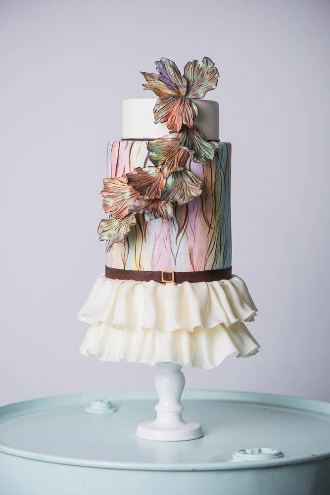 """Свадебный торт в ретро стиле ,с гафрированной юбочкой и ремешком из сахарной пасты ,с нежной акварельной росписью и необычной цветочной композицией . - фото 13956226 Кондитерская """"Тирамису"""""""