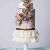 Свадебный торт в ретро стиле ,с гафрированной юбочкой и ремешком из сахарной пасты ,с нежной акварельной росписью и необычной цветочной композицией .