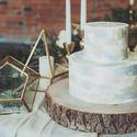Стиль бохо благодаря загадочности и свободе ,в свадебной индустрии выходит на высший уровень востребованности . Свадебный торт в стиле бохо должен быть без особого пафоса , а натуральная фактура дерева ,зелени и камня ,придаёт особый ,неповторимый шик.