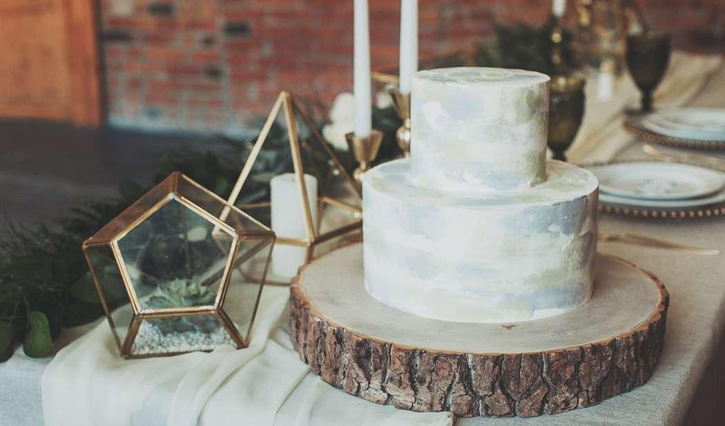 """Стиль бохо благодаря загадочности и свободе ,в свадебной индустрии выходит на высший уровень востребованности . Свадебный торт в стиле бохо должен быть без особого пафоса , а натуральная фактура дерева ,зелени и камня ,придаёт особый ,неповторимый шик. - фото 13956232 Кондитерская """"Тирамису"""""""