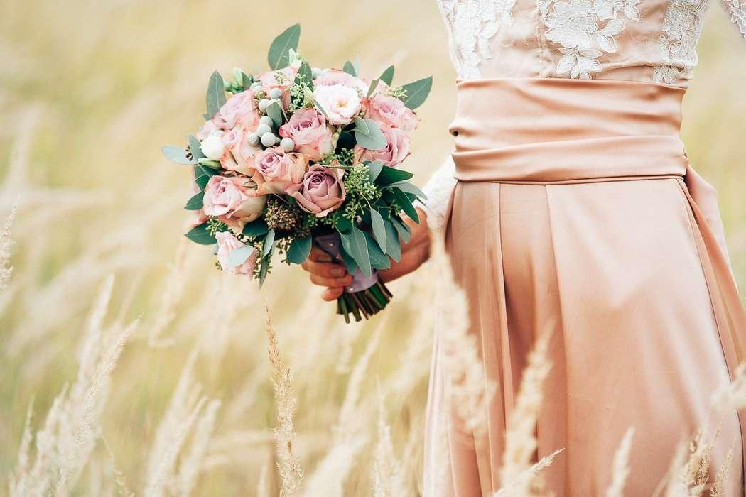 """Свадебный букет из роз, цветущего эвкалипта, а так ж серебряной брунии и веточек лизиантуса. - фото 12275172 Студия флористики """"Арнаменты"""""""