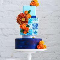 Шикарный свадебный торт, с оформлением плитками в византийском стиле , с  асимметрией ярко выраженной в размере и форме ярусов , украшенный композицией из живых цветов