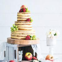Голый торт. В качестве украшений можно использовать не только ягоды, но и фрукты.  Fruits cake ideas : minimalist Naked wedding cake perfected with grapes and apple.