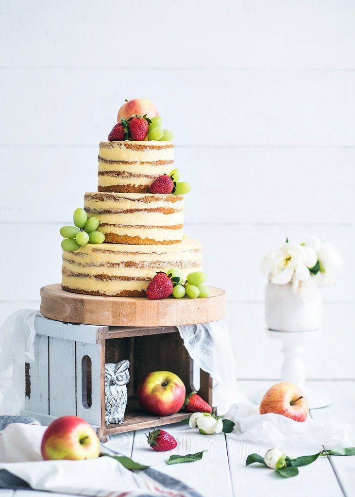 """Голый торт. В качестве украшений можно использовать не только ягоды, но и фрукты.  Fruits cake ideas : minimalist Naked wedding cake perfected with grapes and apple. - фото 14008244 """"Tiramisu latte"""" - банкетная площадка"""