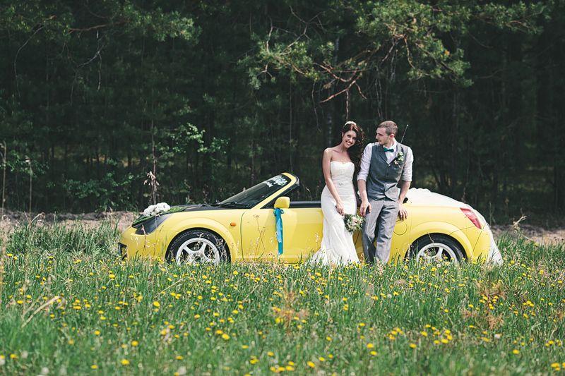 Желтый Кадилак, украшенный лентами и бантами, на фоне зеленого парка и цветов рядом с молодоженами. - фото 840167 Фотограф Ксения Пардо