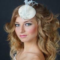 """ШЛЯПКА """" ДОРИС"""" Основа шляпки имеет маленькую  круглую форму, декор расположен  с одной стороны , что позволяет крепить шляпку  в разных вариантах. Основа шляпки разработана мной (что позволяет сделать практически любую форму) Обтянута атласом белого  цве"""