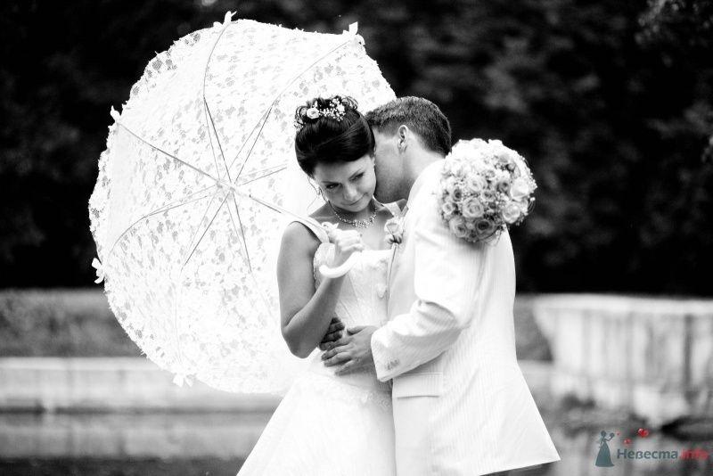 В руках жениха и невесты белый кружевной зонт с ленточными бантами - фото 61561 дубравка