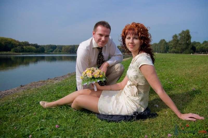 Жених и невеста сидят, прислонившись друг к другу, на фоне водоема - фото 43092 Рыжий Катенок
