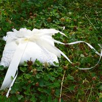 Белая подушечка для колец с цветочным декором