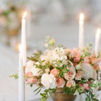 Для своей свадьбы Илона и Рома выбрали формат уютного камерного ужина для самых близких. Традиционно, особое внимание я уделяю флористике. Вдоль стола на прямоугольной дорожке из зеркал расположились композиции в винтажных бронзовых кашпо. Высокие свечи в