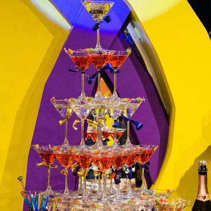 Пирамиды из коктейлей и бокалов шампанского