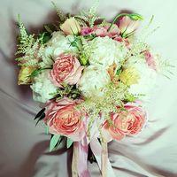 Букет невесты в розово-нюдовых тонах из шикарных пионов и пионовидной розы, с нежными лентами из натурального шелка, окрашенного вручную