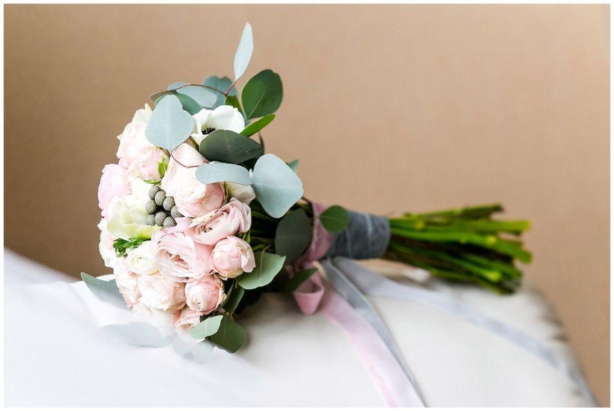 Нежный букет невесты от нашей студии флористики !  Состав : пионовидная роза , кустовая пионовидная роза , анемоны , ранункулусы , бруния и эвкалипт . Принимаем заказы 752-742 ! - фото 13379534 Цветочный лофт La peonia
