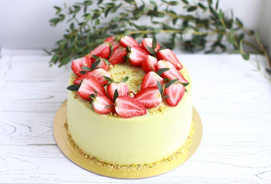 Торт фисташковый с клубникой, цена за 1 кг