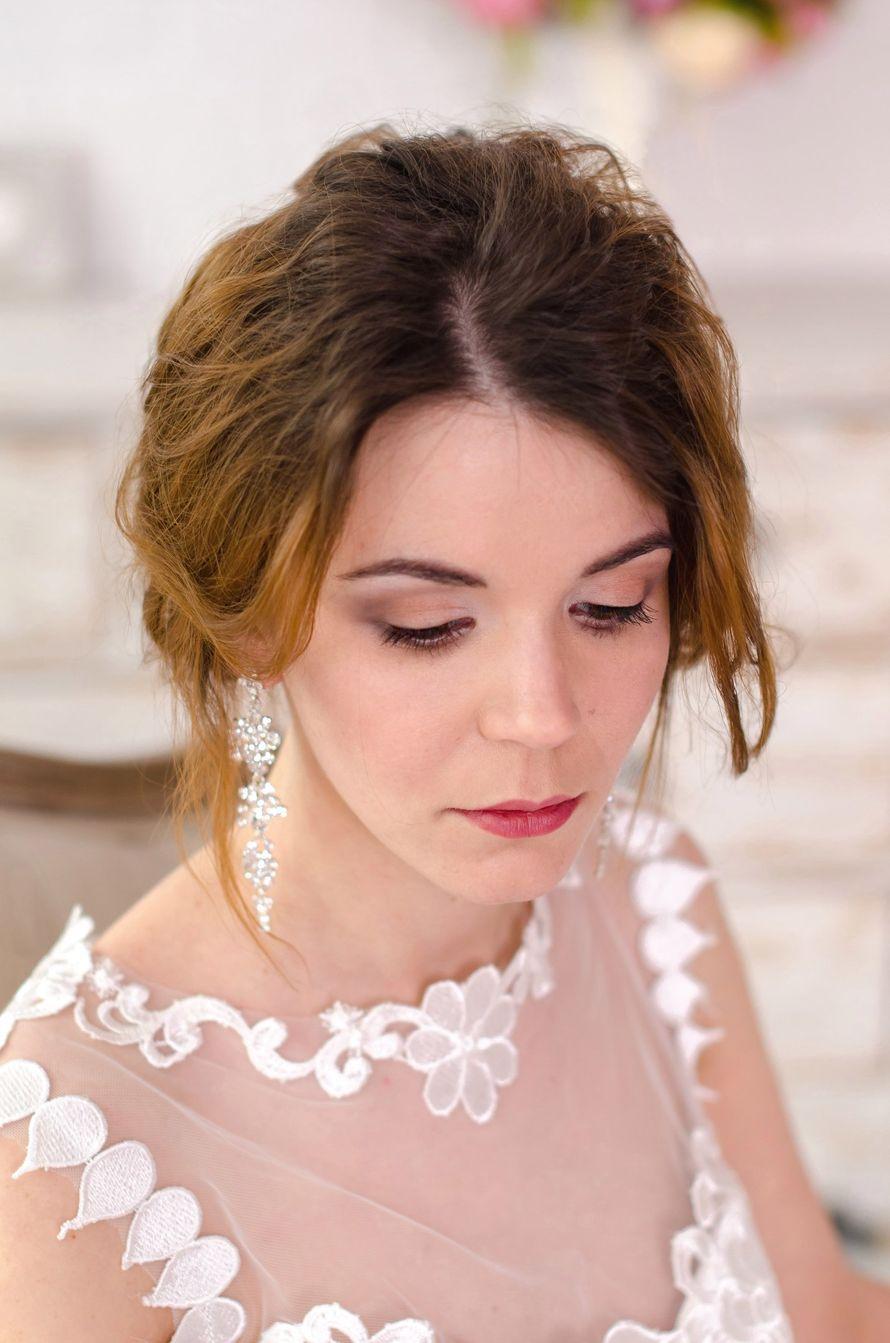У Яны светлая, фарфоровая кожа и очень красивый цвет глаз - карие с зеленым отливом, и такой макияж лишь подчеркивает природную красоту невесты.  Перед подготовкой образа я скорректировала форму бровей, чтобы они выглядели аккуратно, но натурально - в это - фото 14899688 Визажист-стилист Елена Трушина