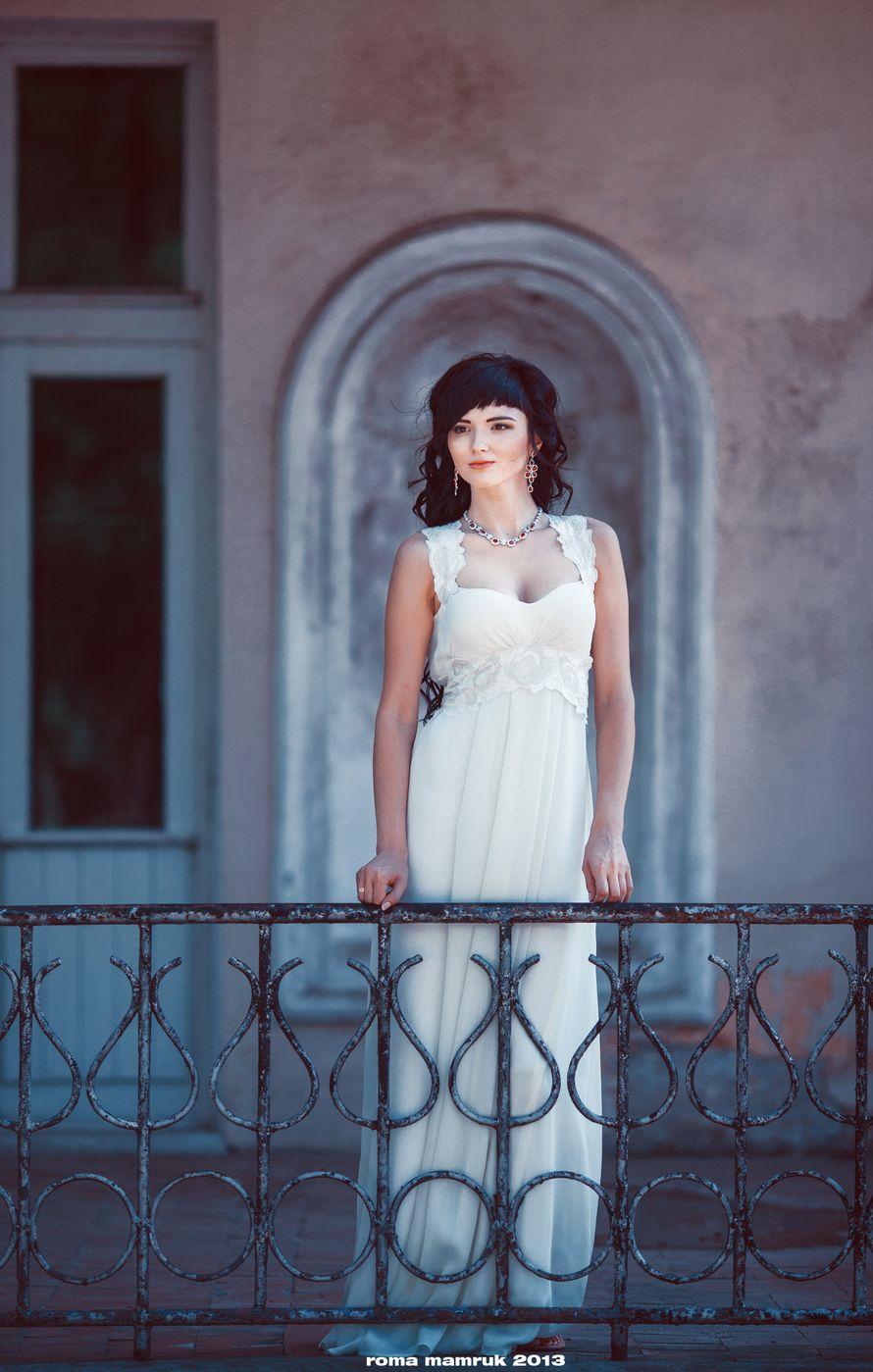 Невеста в прямом платье цвета айвори в греческом стиле с корсетом с драпировкой на кружевных бретелях  - фото 1025599 Roman Mamruk свадебный фотограф