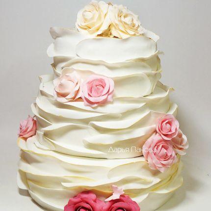 Свадебный торт с воланами и розами, цена за 1 кг