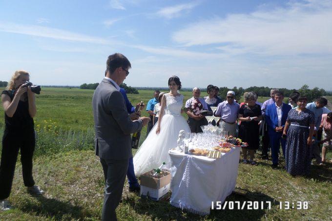А здесь невеста кажется счастливой.