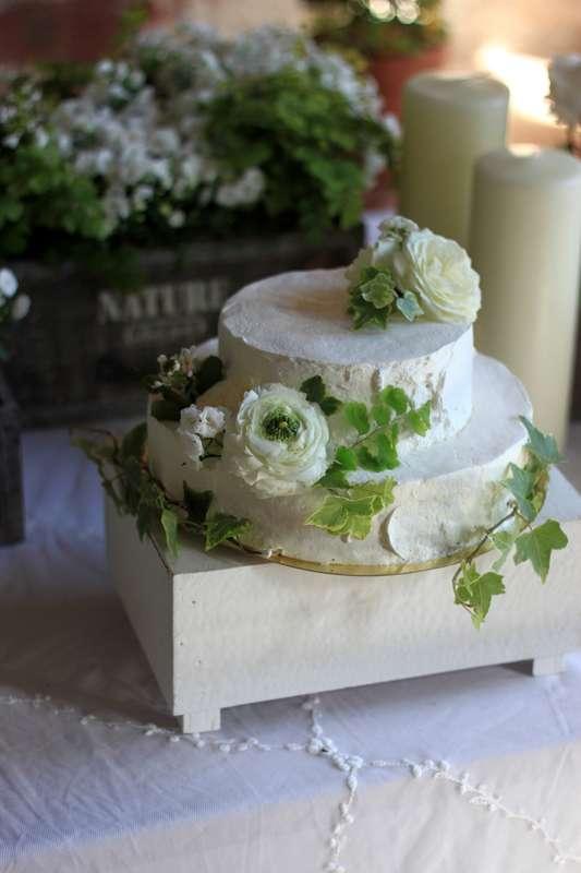 Торт украшен соответственно стилю оформлению мероприятия - фото 14361120 Студия цветов и декора Aster