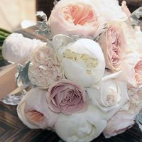 Нежный букет из прекрасных пионов и роз