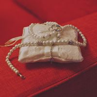 Атласная подушечка для колец с украшениями невесты
