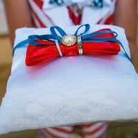 Подушечка для колец с красно-голубым бантом