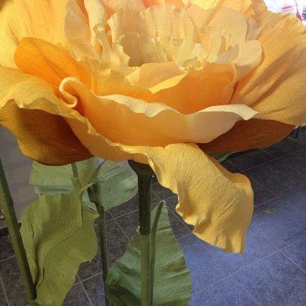 Гигантская роза из бумаги на подставке