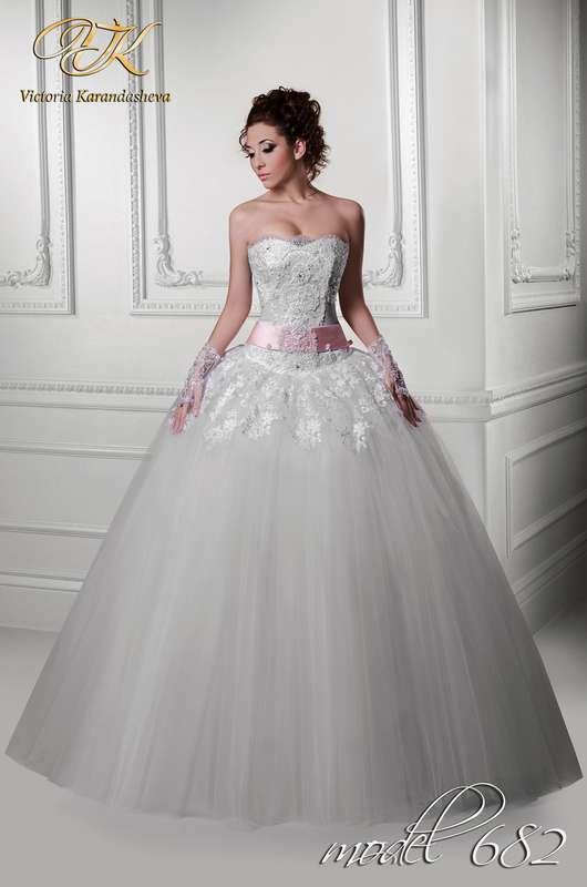 Невеста в пышном платье с кружевным корсетом украшенным бисером и розовой лентой на талии с бантом сзади - фото 3502423 Свадебный салон Королева