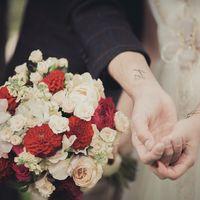 Красно-розовый букет невесты из фиалок, астр и роз
