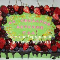 Торт на выпускной в детском саду, 5кг, ягоды, шоколадная глазурь, внутри чизкейк рафаэлло