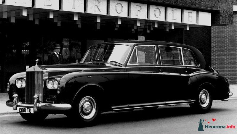 """Черный """"Rolls-Royce"""" на фоне гостиницы. - фото 129820 Black and White Cars - аренда лимузинов"""