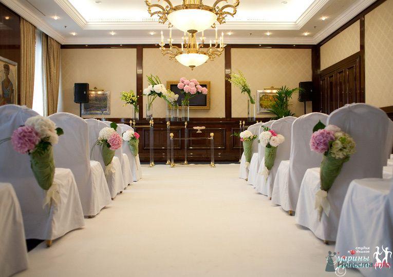 Стулья для гостей на выездной свадебной церемонии, украшенные белыми - фото 72145 Liska