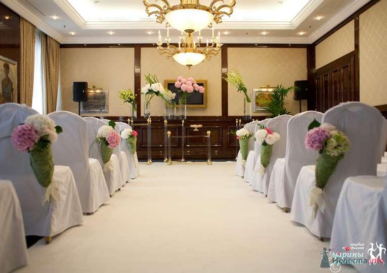 Стулья для гостей на выездной свадебной церемонии, украшенные белыми чехлами с нежными цветами - фото 72145 Liska