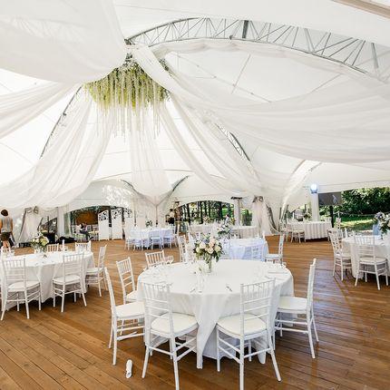 Белый шатер на берегу озера в аренду