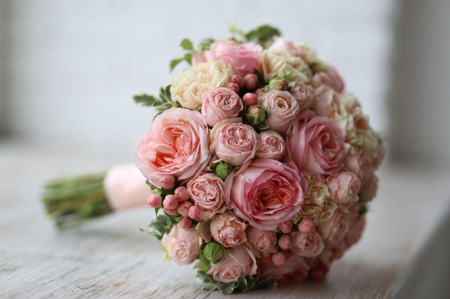 Цветы оптом, роскошный свадебный букет из пионовидных роз спб