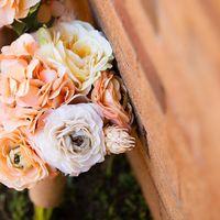 Букет невесты из оранжево-розовых гортензий, светло-сиреневых и светло-оранжевых роз