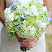 Букет невесты в круглом стиле из белых фрезий, зелено-белых гвоздик, голубых гортензий и белой аммии