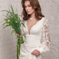 Свадебное платье Ludmila цвет айвори  Очаровательное, нежное и вместе с тем очень сексуальное свадебное платье. Отрезное по талии, выполнено из креповой ткани, плотно облегающей фигуру, с длинным шлейфом и возможностью его крепления для удобного передвиже
